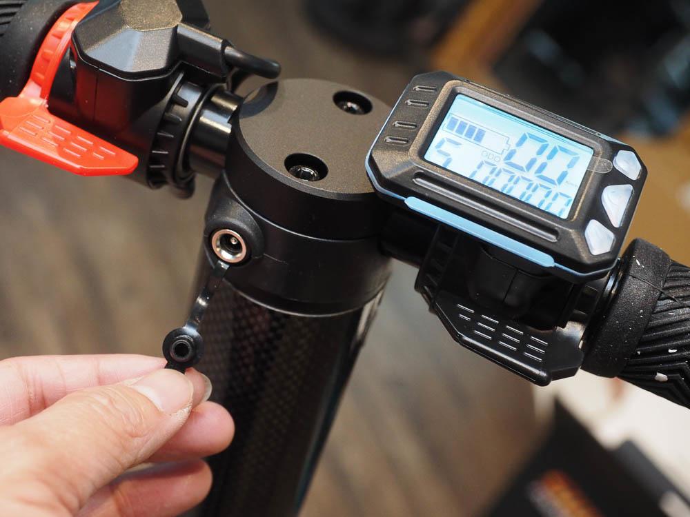 SWAGGER 碳纖維電動滑板車-73