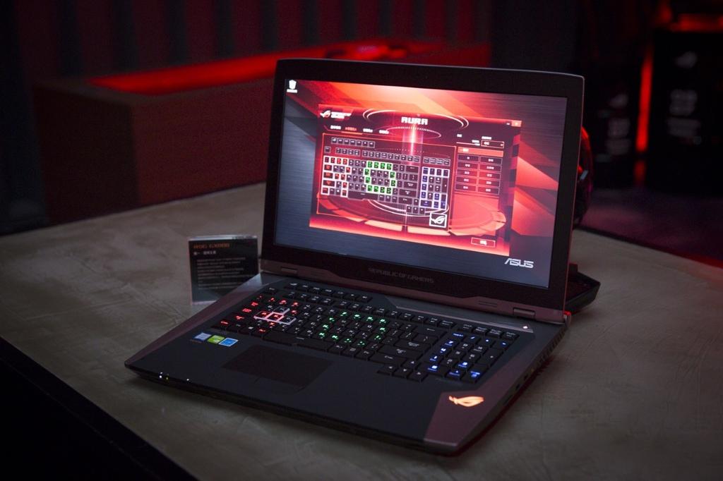 thumbnail_ROG GX800採用進階機械式鍵軸電競鍵盤(MechTAG),具備ROG Aura RGB LED燈效,可針對每顆按鍵設定不同燈光效果及色彩,...