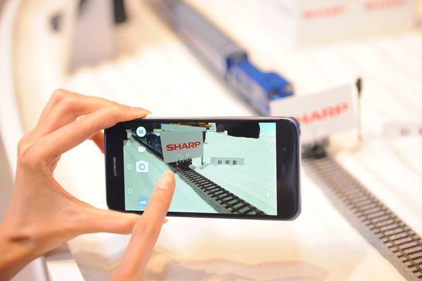 5. AQUOS P1旗艦機為台灣首支搭載頂級5.3吋IGZO螢幕,和業界最快0.02秒極速對焦2,260萬畫素高階相機,相信可滿足台灣消費者對於手機規格及時尚品味的極高要求與期待。
