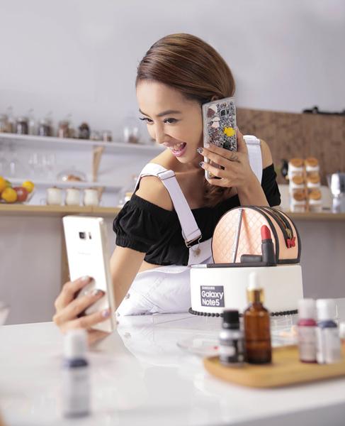 Jolin蔡依林「不翻糖就翻臉家政教室」今透過Galaxy Note 5直播視訊熱鬧開播,吸引眾多Jolin和Galaxy Note 5粉絲網路圍觀!