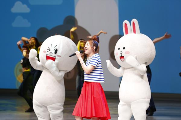 【圖二】LINE今(9)日於東京舉行「LINE Conference Tokyo 2014」,會中除發表未來計畫外,饅頭人與兔兔也上台載歌載舞